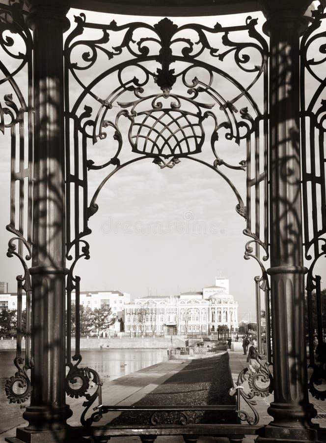 Vista da mansão através das barras de ferro forjado cinzeladas bonitas, Ekaterinburg do Sevastianov imagens de stock royalty free