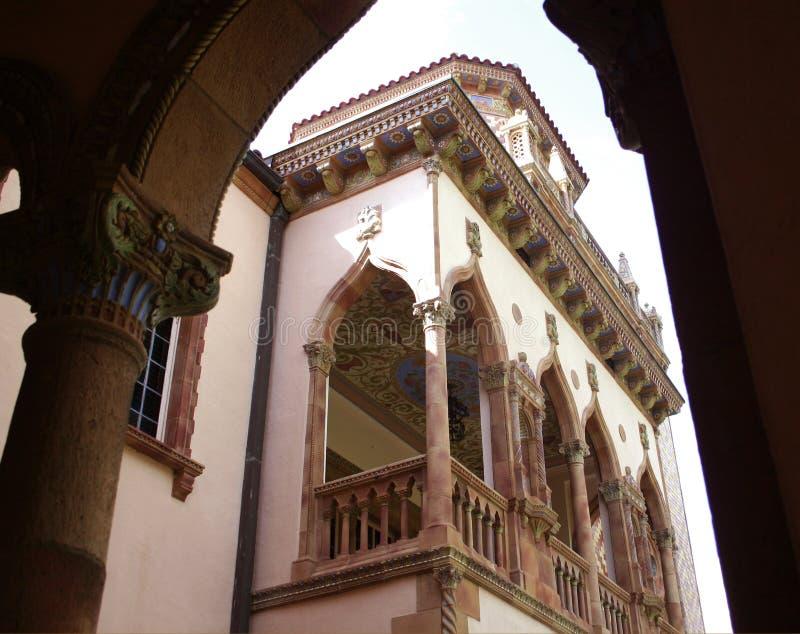 Vista da mansão através dos arcos foto de stock
