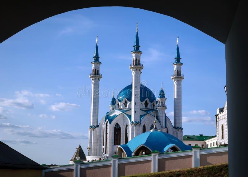 Vista da mesquita de Kul Sharif através do arco fotos de stock