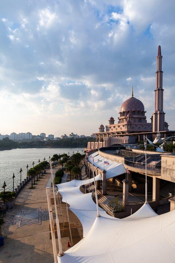 Vista da mesquita de Putra durante a hora dourada Orientação do retrato foto de stock