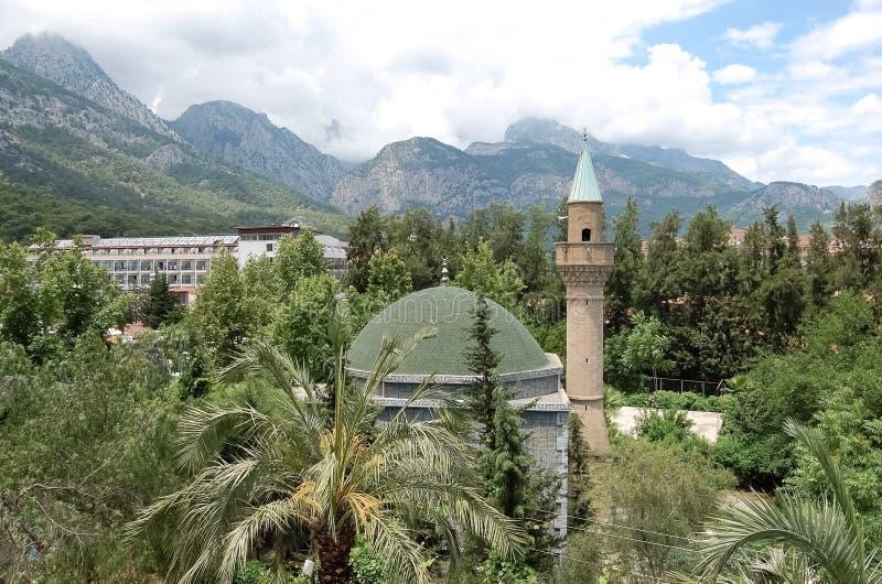 Vista da mesquita em um jardim verde na costa de Antalya imagem de stock