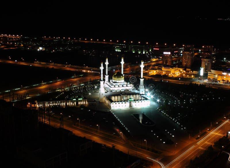 Vista da mesquita a maior em Astana, um pássaro-olho na noite. foto de stock