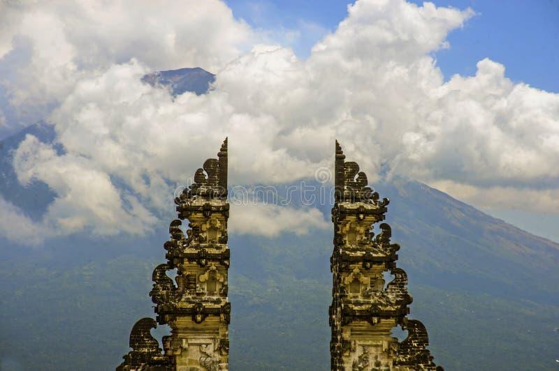Vista da montagem Agung do vulcão de Bali através da porta bonita e majestosa do templo hindu de Pura Lempuyan de Indonésia em Ás fotografia de stock