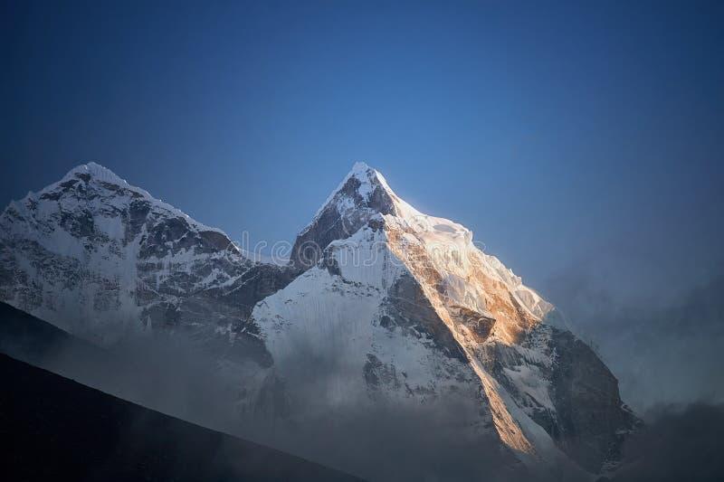 Vista da montagem Kangtega em montanhas de Himalaya no por do sol Vale de Khumbu, regi?o de Everest, Nepal foto de stock royalty free
