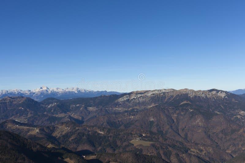 Vista da montagem Triglav nos cumes fotografia de stock royalty free