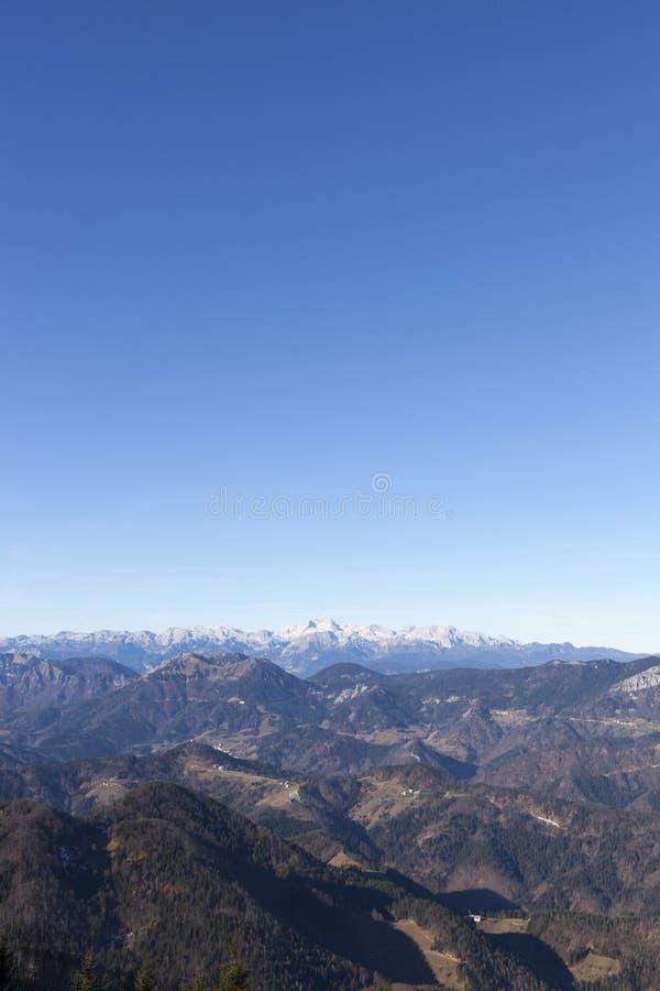 Vista da montagem Triglav nos cumes imagem de stock royalty free