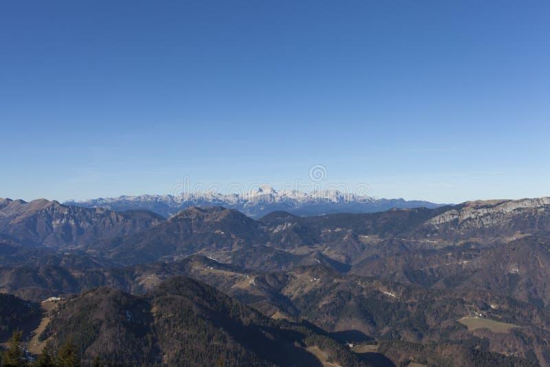 Vista da montagem Triglav nos cumes fotografia de stock