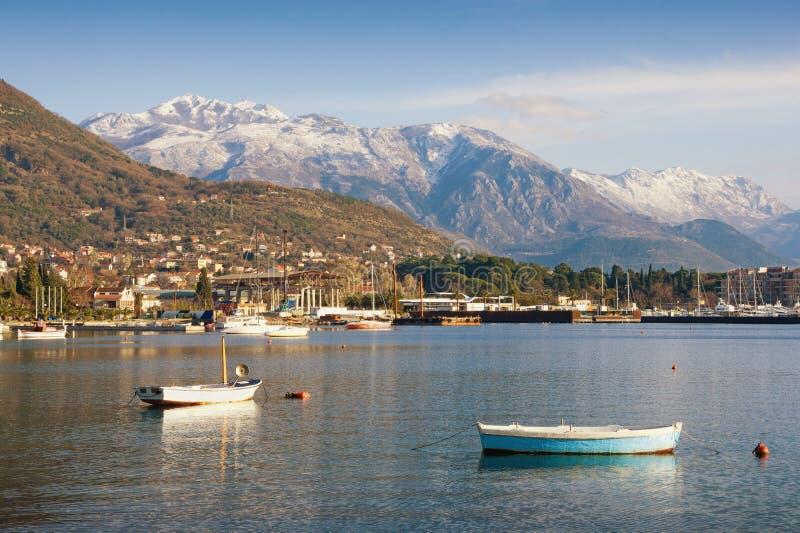Vista da montanha coberto de neve Lovcen da baía de Kotor Cidade de Tivat, Montenegro imagem de stock royalty free
