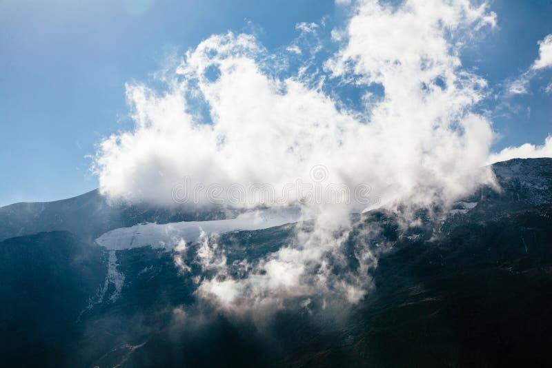 Vista da montanha com o céu azul da estrada alpina alta de Grossglockner em Áustria imagens de stock