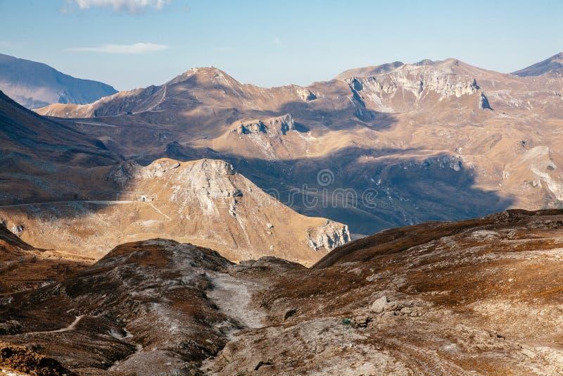 Vista da montanha com o céu azul da estrada alpina alta de Grossglockner em Áustria foto de stock