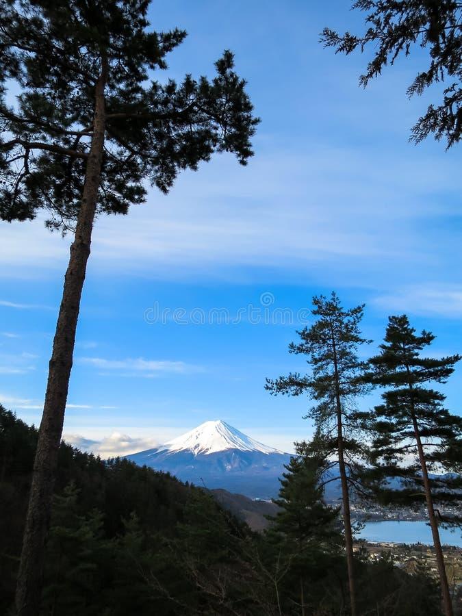 Vista da montanha de Fuji com parte superior branca da neve e backgroun do céu azul fotografia de stock royalty free