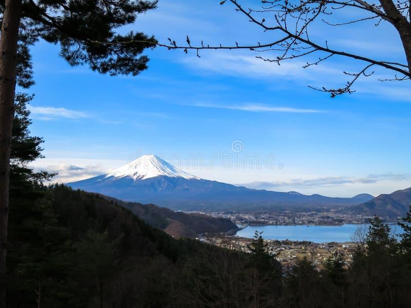 Vista da montanha de Fuji com parte superior branca da neve, lago do kawaguchiko e fotos de stock royalty free