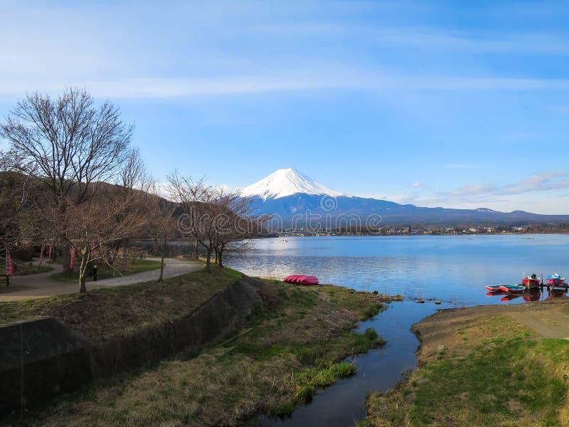 Vista da montanha de Fuji com parte superior branca da neve, lago do kawaguchiko, vermelho fotos de stock