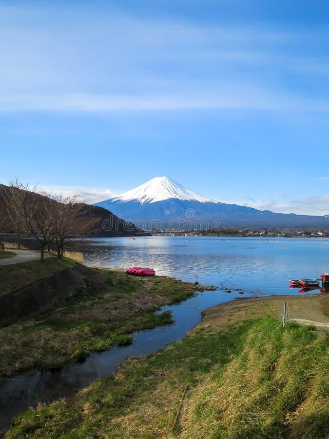 Vista da montanha de Fuji com parte superior branca da neve, lago do kawaguchiko, vermelho fotos de stock royalty free