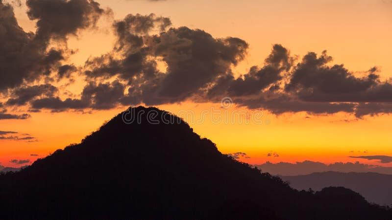Vista da montanha na silhueta imagens de stock