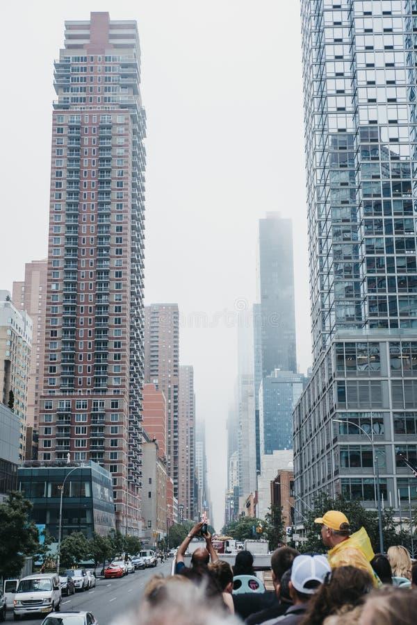 Vista da 42nd rua da parte superior do ônibus de turista, New York, EUA fotografia de stock