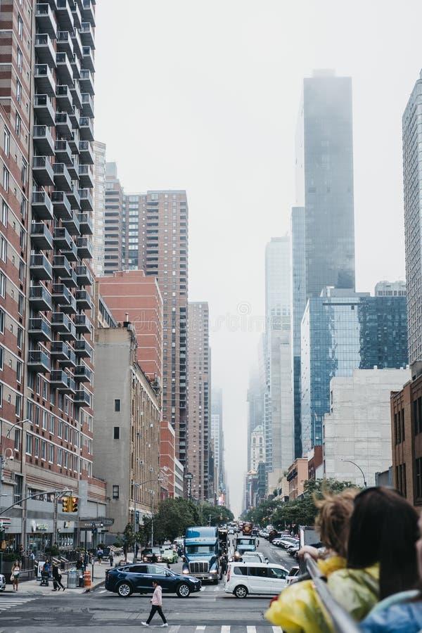Vista da 42nd rua da parte superior do ônibus de turista, New York, EUA imagem de stock royalty free