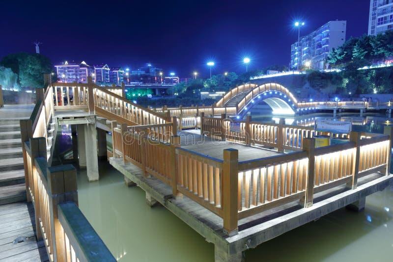 Vista da noite da ponte de madeira imagens de stock