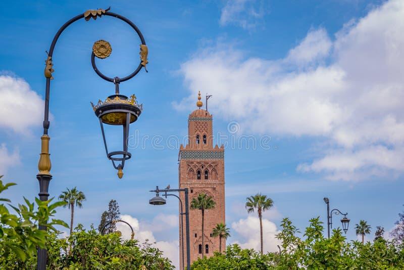 Vista da paisagem do minarete da mesquita de Koutoubia e do abajur na rua imagens de stock