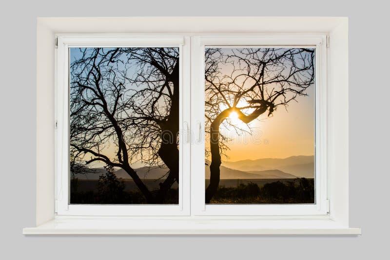 Vista da paisagem da janela com contorno da árvore e das montanhas no horizonte imagem de stock