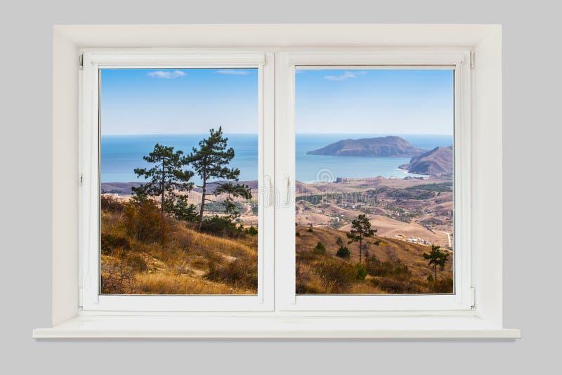 Vista da paisagem da montanha da janela com o mar imagem de stock