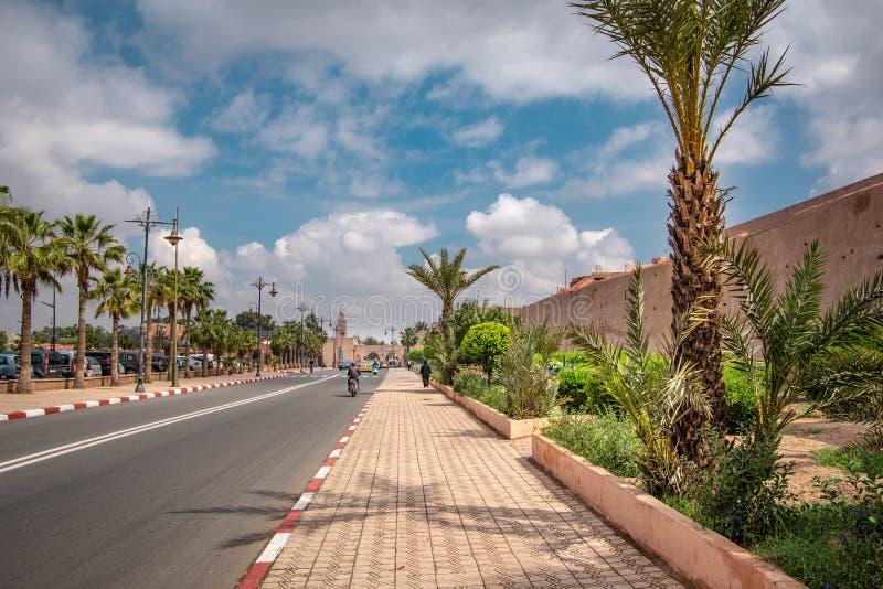 Vista da paisagem da rua fora do muro da cidade fotos de stock