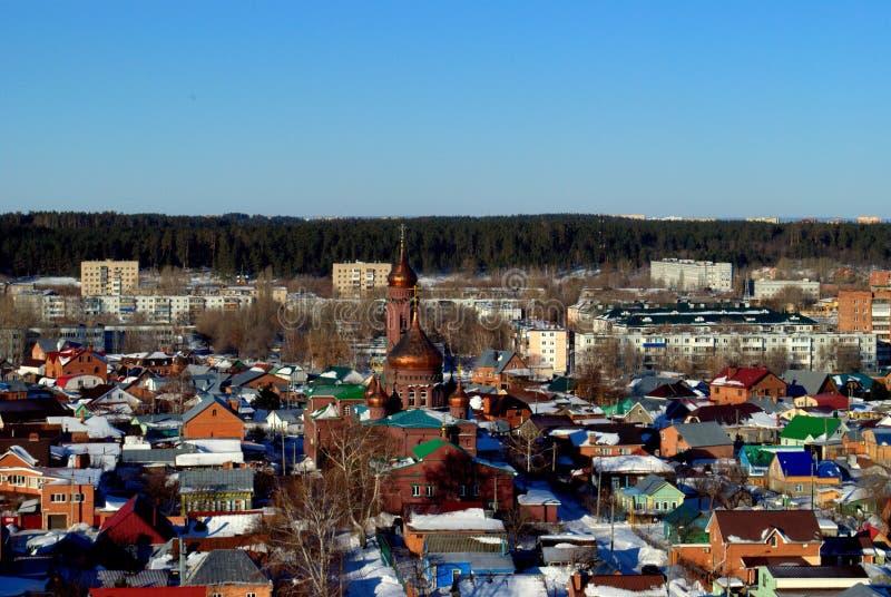 Vista da paróquia em honra do ícone da mãe do deus de Kazan na cidade de Togliatti em uma manhã gelado adiantada imagens de stock