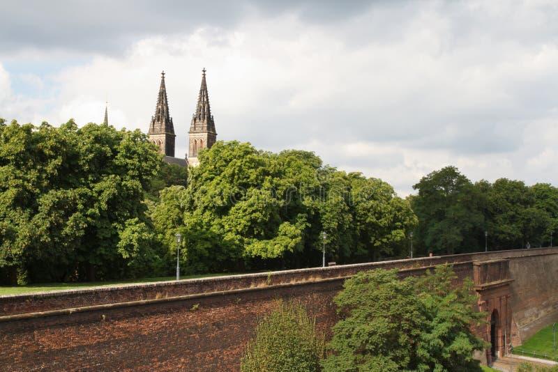 Vista da parede da fortaleza e de uma basílica de St Peter e de St Paul imagens de stock royalty free