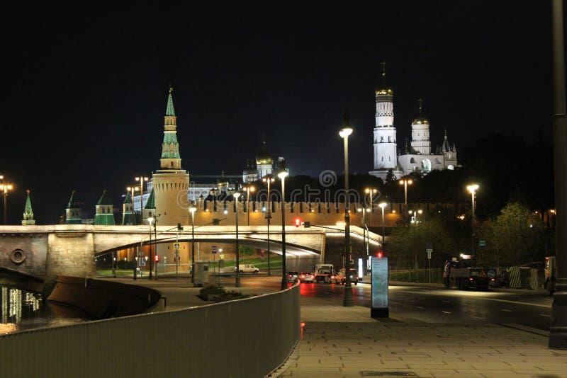 Vista da parede do Kremlin, da torre de Beklemishevskaya e da igreja de Ivan a grande torre de Bell em Moscou fotografia de stock