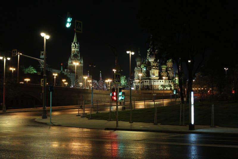 Vista da parede do Kremlin, da torre de Konstantino-Eleninsky e da catedral da manjericão do St fotos de stock