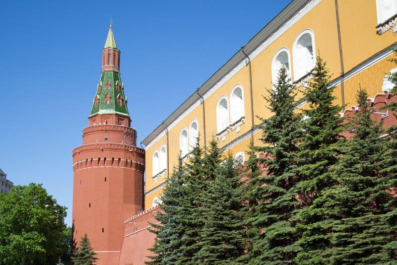 Vista da parede da fortaleza e da torre de canto do arsenal do Kremlin de Moscou em um dia de mola ensolarado imagens de stock royalty free