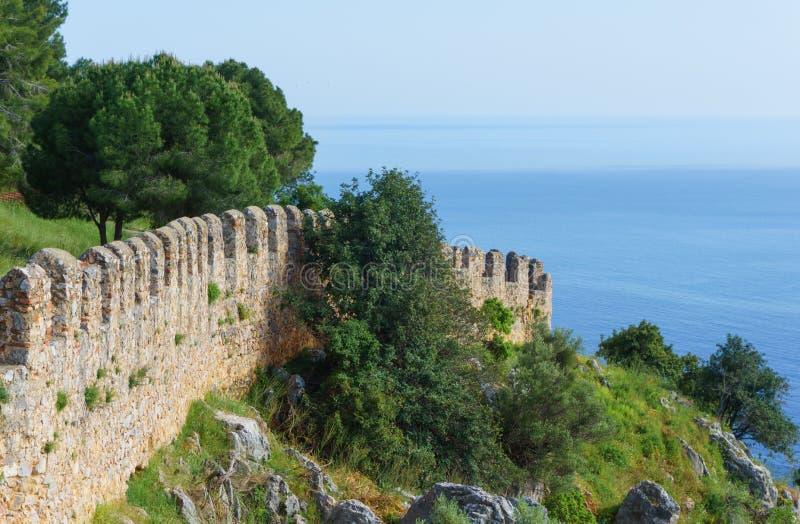 Vista da parede da fortaleza no alanya imagem de stock royalty free