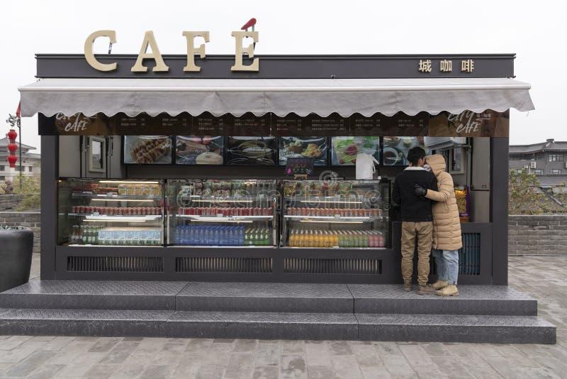 Vista da parede Xi 'do, de um café da cidade e de um par - Imagen foto de stock