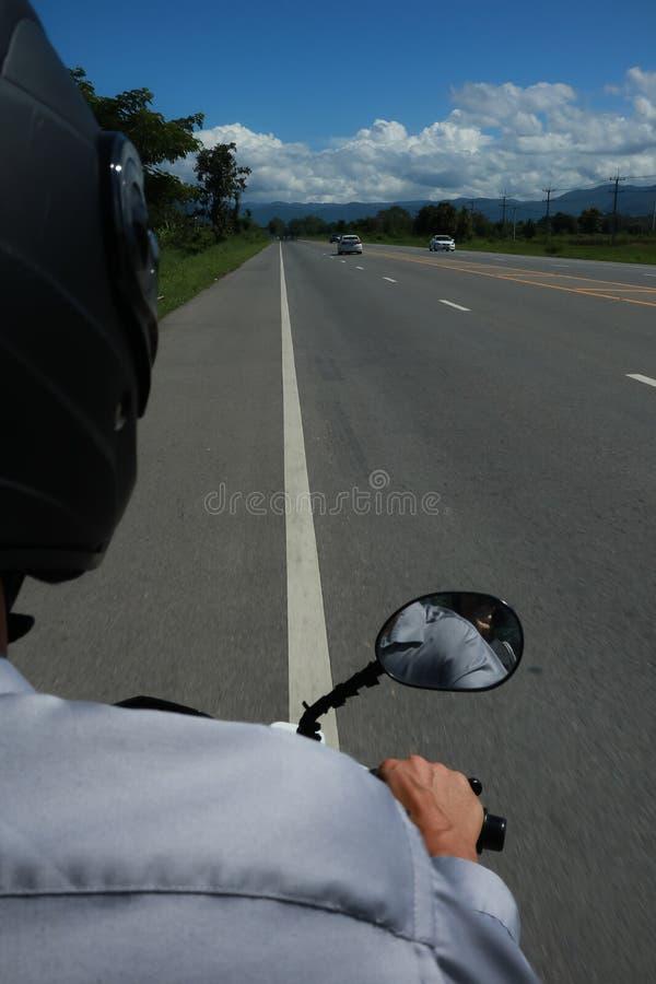 Vista da parte de trás de um velomotor imagens de stock royalty free