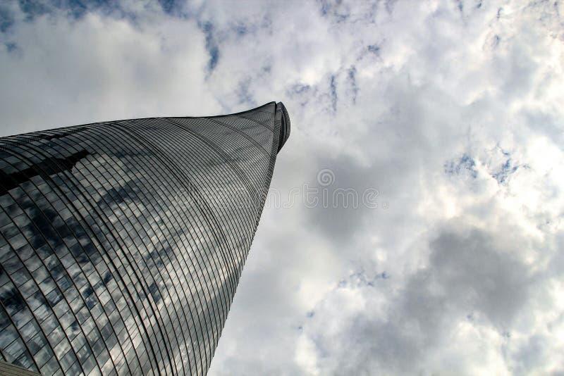 Vista da parte inferior da torre de Shanghai imagens de stock