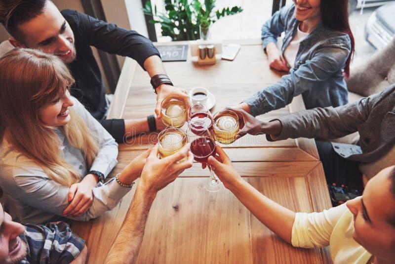 Vista da parte superior Mãos dos povos com os vidros do uísque ou do vinho, comemorando e brindando em honra do casamento ou fotos de stock