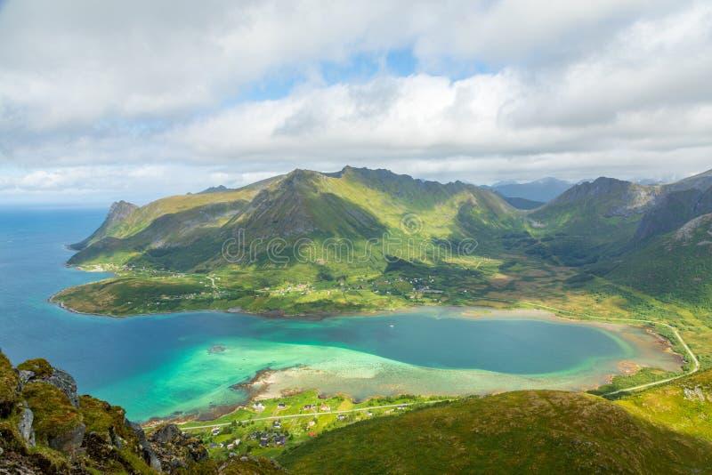 Vista da parte superior da montanha à baía, Austvagoya de Kleppstadheia, Lofotens, Noruega fotos de stock
