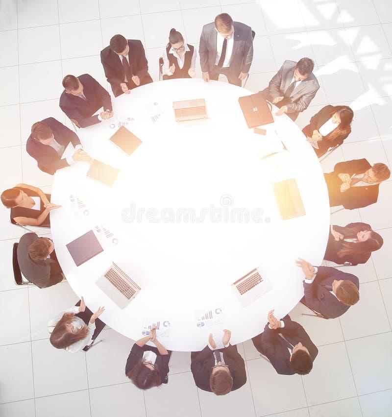 Vista da parte superior sócios comerciais da reunião para a mesa redonda ilustração royalty free