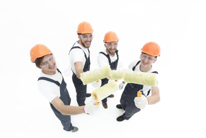 Vista da parte superior um grupo de decoradores com um rolo de pintura fotografia de stock royalty free