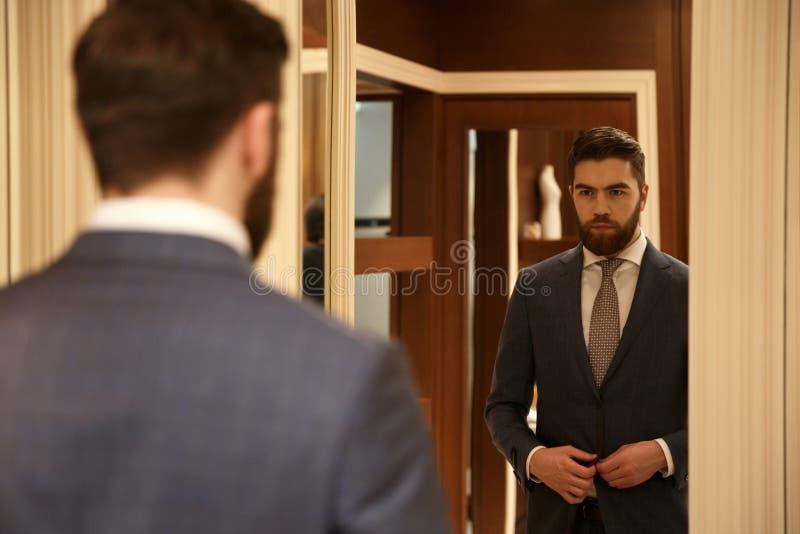Vista da parte traseira do homem que olha o espelho fotografia de stock