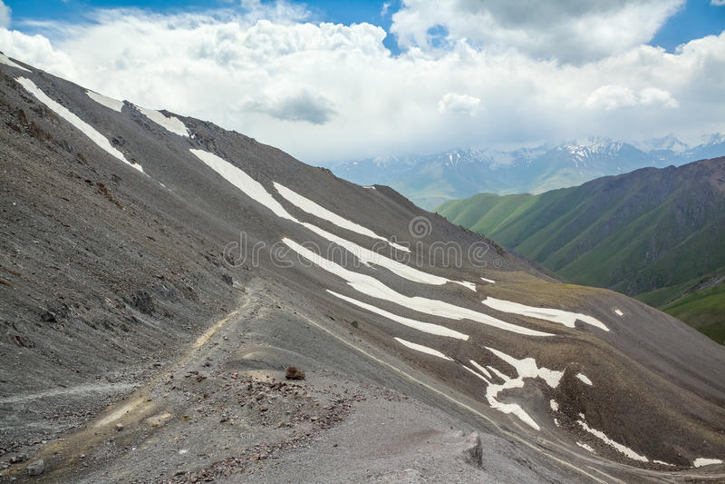 Vista da passagem de Kegety em montanhas de Tien Shan fotografia de stock