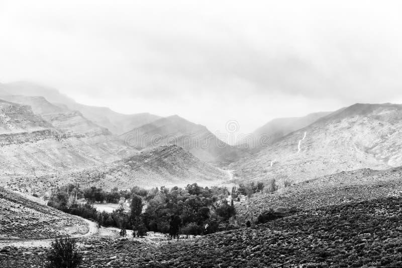 Vista da passagem de Kouberg para Wupperthal monocromático foto de stock royalty free