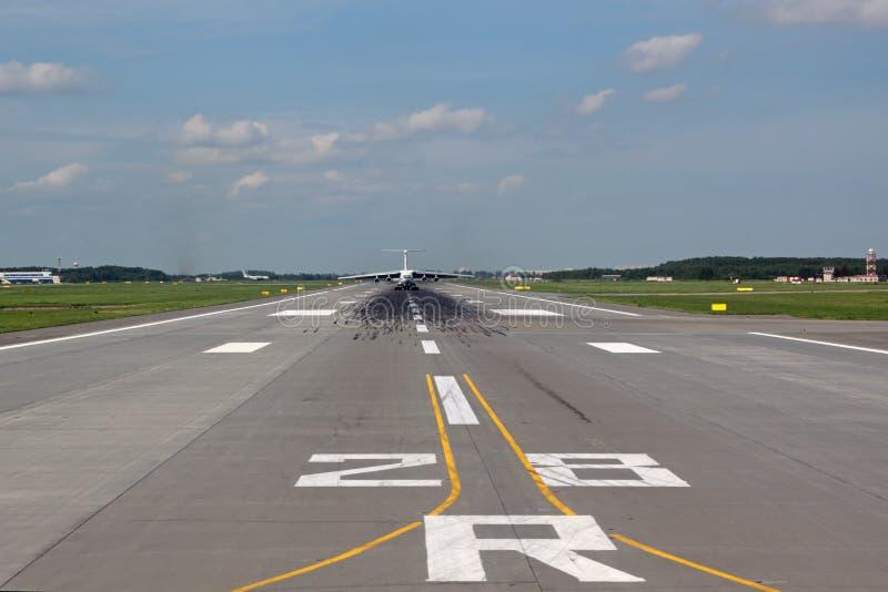 Vista da pista de decolagem com o avião de passageiros afastado foto de stock royalty free