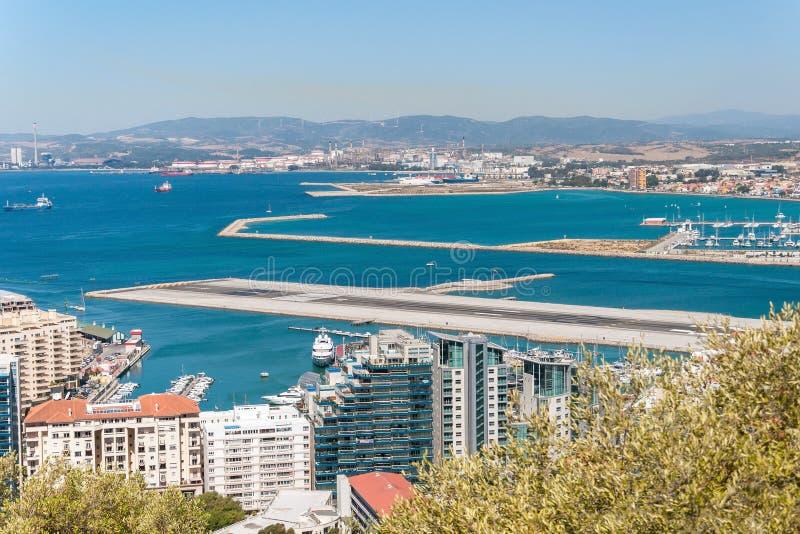 Vista da pista de decolagem do aeroporto em Gibraltar fotos de stock