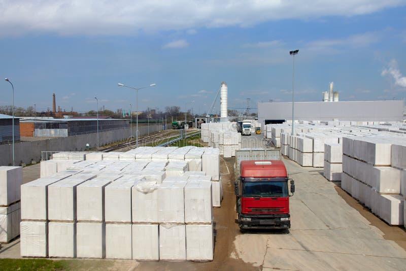 Vista da planta de fábrica produzindo o concreto ventilado esterilizado Muitos pacotes dos blocos em páletes puseram um sobre o o imagens de stock royalty free