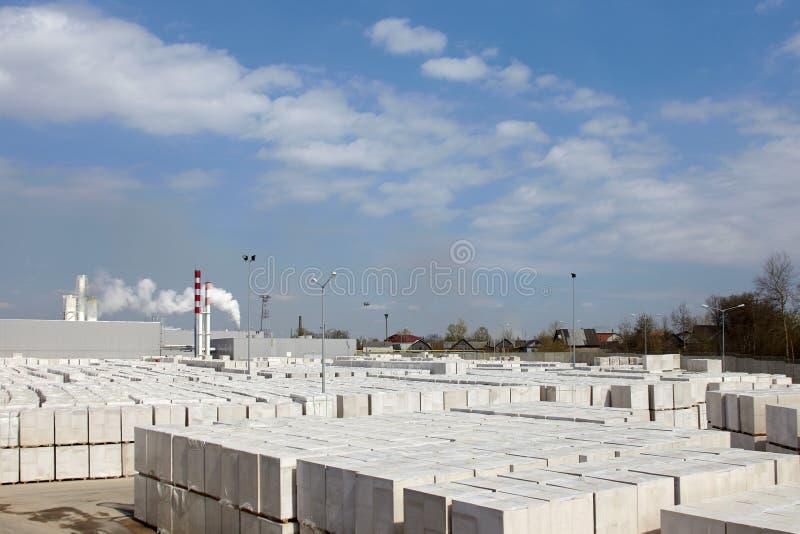 Vista da planta de fábrica produzindo o concreto ventilado esterilizado Muitos pacotes dos blocos em páletes puseram um sobre o o fotografia de stock