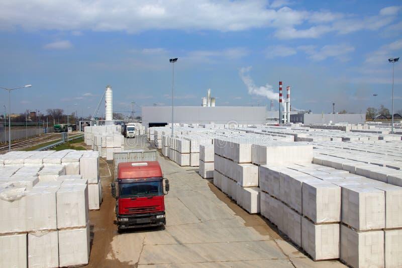 Vista da planta de fábrica produzindo o concreto ventilado esterilizado Muitos pacotes dos blocos em páletes puseram um sobre o o imagem de stock