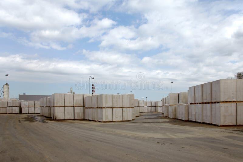 Vista da planta de fábrica produzindo o concreto ventilado esterilizado Os pacotes dos blocos em páletes puseram um sobre o outro fotografia de stock royalty free