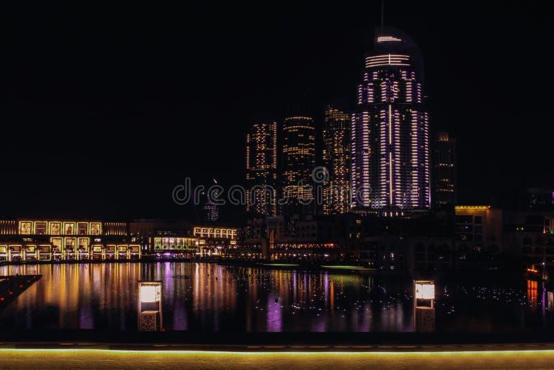 Vista da plataforma de observa??o nas fontes do canto e na alameda de Dubai Dubai, em maio de 2019 imagens de stock royalty free