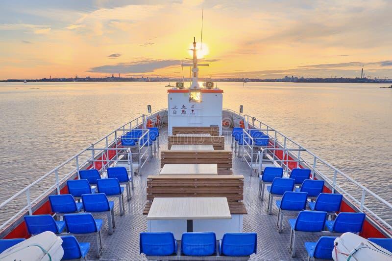 Vista da plataforma de passeio à navigação do barco de prazer no por do sol imagem de stock royalty free